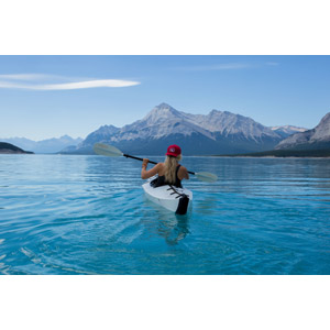 フリー写真, 人物, 女性, 外国人女性, 人と風景, 人と乗り物, 船, 後ろ姿, カヌー(カヤック), 湖, 山, アウトドア, カナダの風景