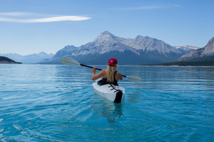 フリー写真 カヤックに乗って湖を渡る女性の後ろ姿