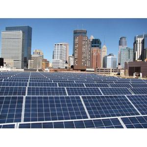 フリー写真, 風景, 建造物, 建築物, 高層ビル, 都市, 街並み(町並み), 機械, ソーラーパネル, 太陽光発電, 再生可能エネルギー, 発電, アメリカの風景, ミネソタ州