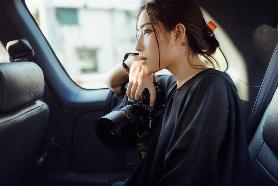 フリー写真 車に乗っている女性カメラマン