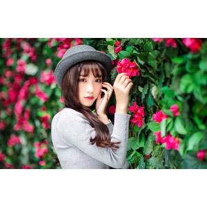 フリー写真, 人物, 女性, アジア人女性, 楚珊(00053), 中国人, 帽子, ボーラー帽, 頬に手を当てる, 人と花