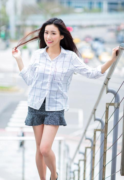 フリー写真 髪の毛を触っている女性のポートレイト