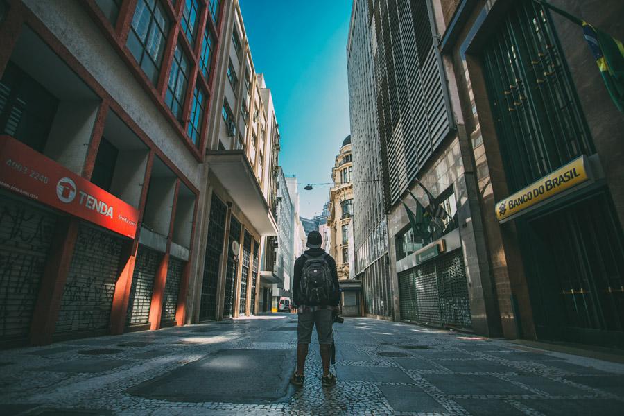 フリー写真 街中に佇む男性の後ろ姿