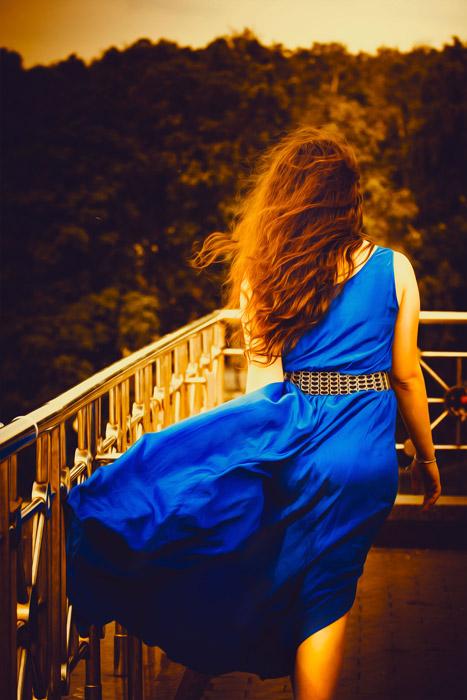 フリー写真 青いドレス姿の女性の後ろ姿