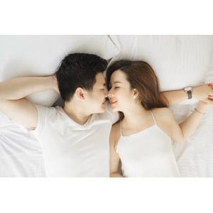 フリー写真, 人物, カップル, 恋人, 夫婦, 腕枕(カップル), 寝転ぶ, 仰向け, 手をつなぐ, 愛(ラブ), 二人