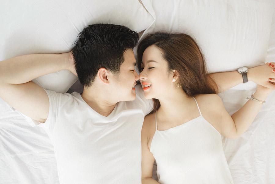 フリー写真 腕枕して眠るカップル