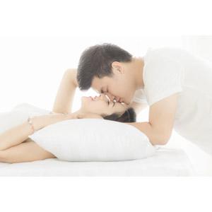 フリー写真, 人物, カップル, 恋人, 夫婦, 腕枕(カップル), 愛(ラブ), キス(口づけ), 二人, 仰向け, 寝転ぶ