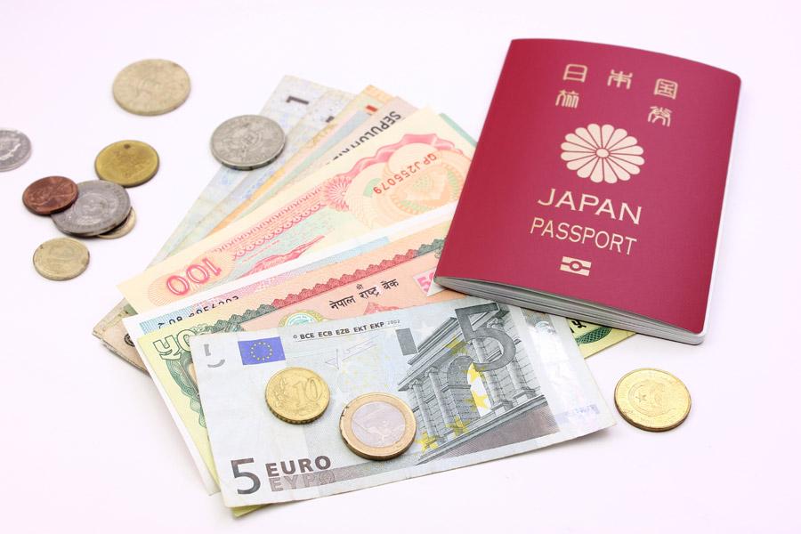フリー写真 パスポートと外国のお金