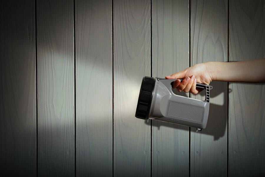 フリー写真 懐中電灯で照らしている手