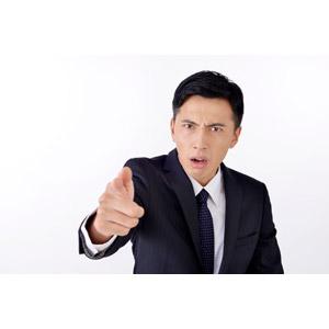 フリー写真, 人物, 男性, アジア人男性, 日本人, 男性(00016), 職業, 仕事, ビジネス, ビジネスマン, サラリーマン, メンズスーツ, 指差す, 手前を指す, 怒る, 叱る, 白背景