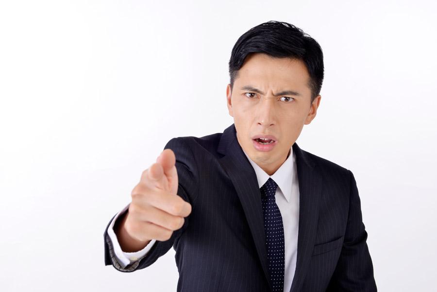 フリー写真 指差しながら怒っているビジネスマン