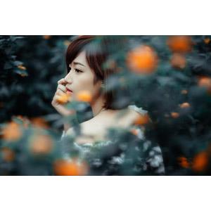 フリー写真, 人物, 女性, アジア人女性, 女性(00201), ベトナム人, ショートヘア, 横顔, 人と花