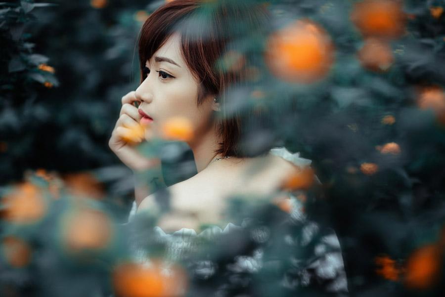 フリー写真 草花とショートヘアの女性の横顔