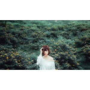 フリー写真, 人物, 女性, アジア人女性, 女性(00201), ベトナム人, ショートヘア, 人と花, 草むら