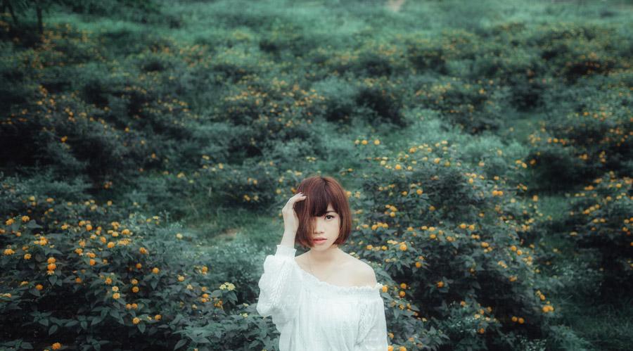 フリー写真 草花と片目が髪の毛に隠れた女性
