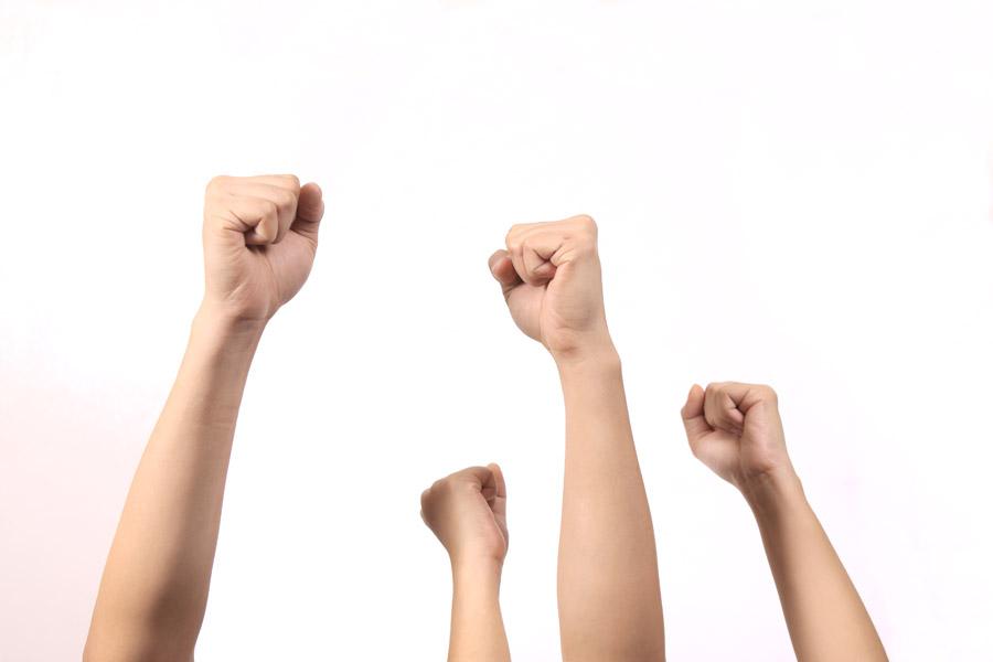 フリー写真 拳を掲げて鼓舞する手