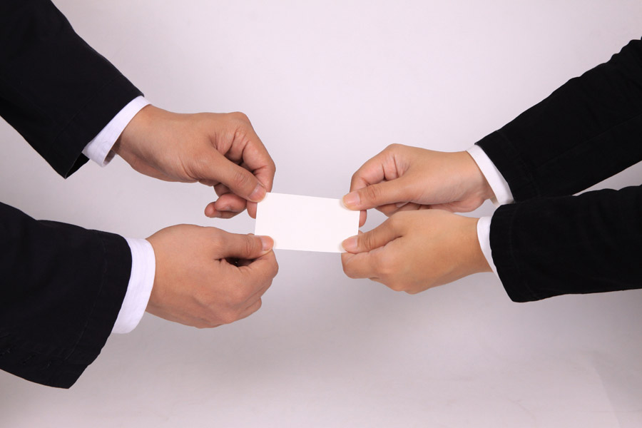 フリー写真 名刺交換するサラリーマンの手