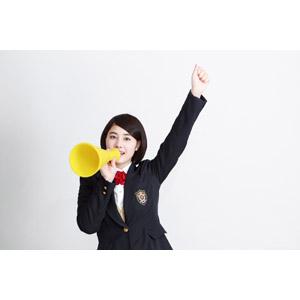 フリー写真, 人物, 少女, アジアの少女, 少女(00212), 学生(生徒), 学生服, 高校生, ブレザー制服, 応援する, 拳を上げる, メガホン(拡声器), 白背景