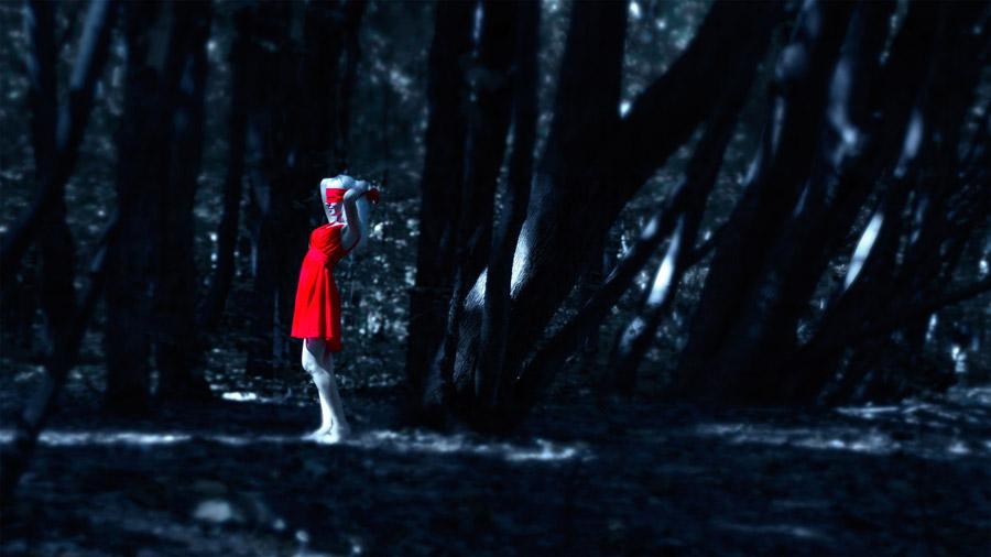 フリー写真 森の中で目隠しをする外国人女性