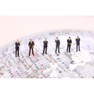フリー写真, 人形, ビジネス, 仕事, 職業, ビジネスマン, グローバルビジネス, 地球儀, メンズスーツ