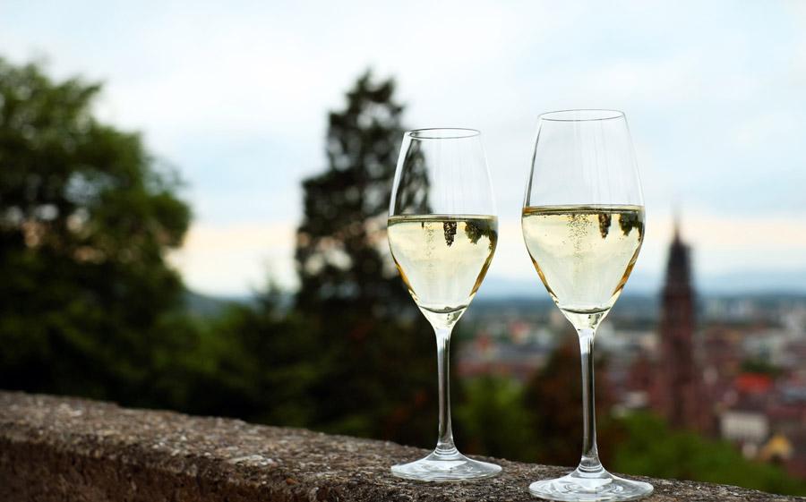 フリー写真 街の景色と二杯のシャンパン