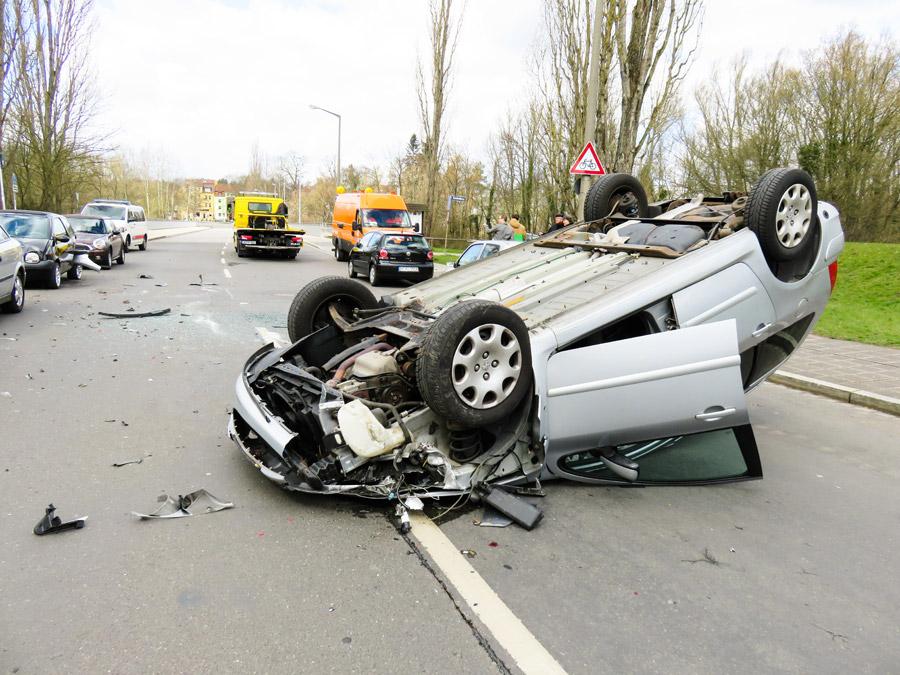 フリー写真 事故によって横転した車