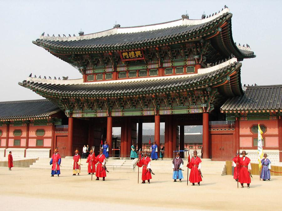 フリー写真 景福宮の興礼門と衛兵