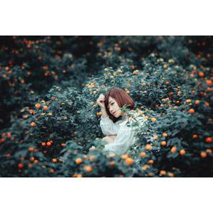 フリー写真, 人物, 女性, アジア人女性, 女性(00201), ベトナム人, ショートヘア, 人と花, 頭に手を当てる, 座る(地面)