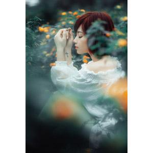 フリー写真, 人物, 女性, アジア人女性, 女性(00201), ベトナム人, ショートヘア, 人と花, 座る(地面), 横顔, 目を閉じる