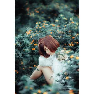 フリー写真, 人物, 女性, アジア人女性, 女性(00201), ベトナム人, ショートヘア, 人と花, 座る(地面), 頭に手を当てる, 目を閉じる