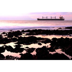 フリー写真, 風景, 夕暮れ(夕方), 海岸, 海, 乗り物, 船, 貨物船, チリの風景