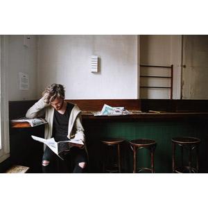 フリー写真, 人物, 男性, 外国人男性, イギリス人, 新聞, 読む(読書), 座る(椅子), 頭を抱える