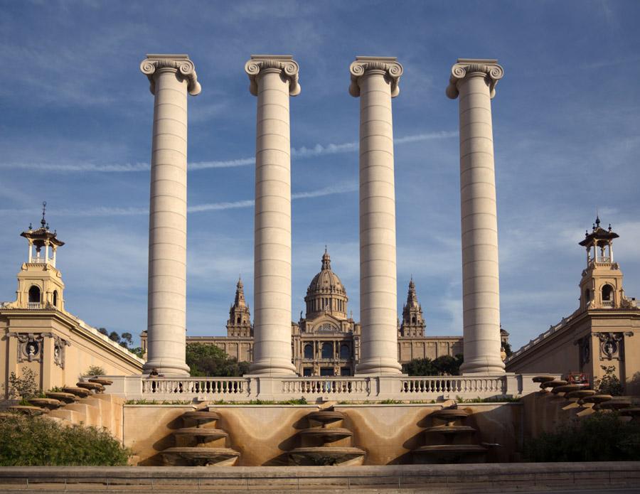 フリー写真 カタルーニャ美術館の前の4本の円柱