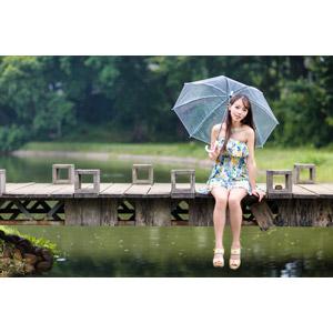 フリー写真, 人物, 女性, アジア人女性, 中国人, 女性(00173), 傘, 座る(地面), ワンピース, 雨