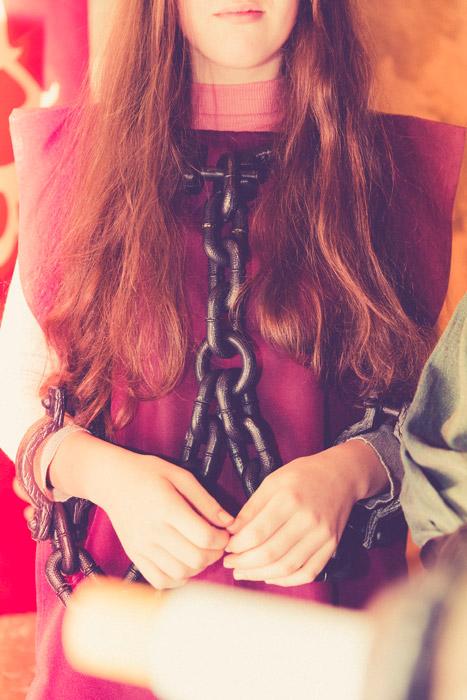 フリー写真 鎖で拘束されている外国人女性