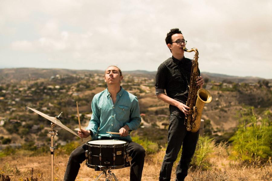 フリー写真 ドラムとサックスを演奏する二人の男性