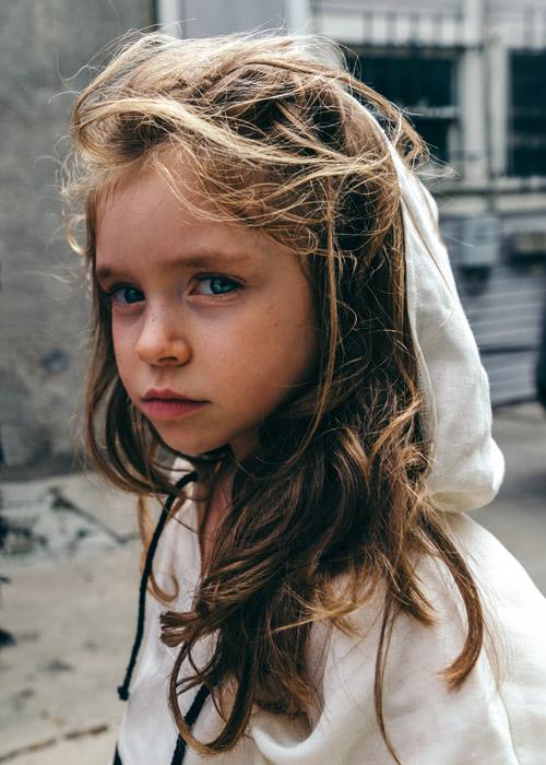 フリー写真 パーカー姿の外国の女の子のポートレイト