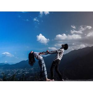フリー写真, 人物, カップル, 手をつなぐ, 体を反る, ストレッチ, 二人, 人と風景, 青空