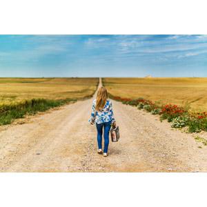 フリー写真, 人物, 女性, 外国人女性, 後ろ姿, トランクケース, 旅行(トラベル), 牧草地, 田舎, 道路