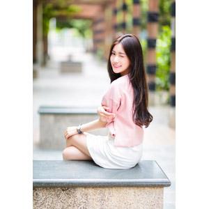 フリー写真, 人物, 女性, アジア人女性, 楚珊(00053), 中国人, ウインク, 座る(ベンチ), 足を組む