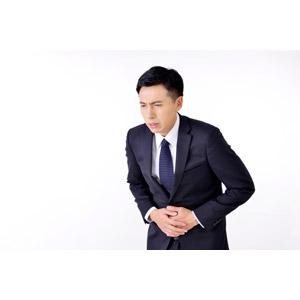 フリー写真, 人物, 男性, アジア人男性, 日本人, 男性(00016), 職業, 仕事, ビジネス, ビジネスマン, サラリーマン, メンズスーツ, 白背景, 腹痛, 痛い, お腹を押さえる, お腹がすく, 食あたり