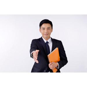 フリー写真, 人物, 男性, アジア人男性, 日本人, 男性(00016), 職業, 仕事, ビジネス, ビジネスマン, サラリーマン, メンズスーツ, 白背景, 手を差し伸べる, 握手, 書類, 差し出す