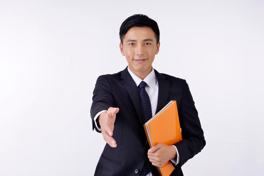 フリー写真 握手を求める日本のビジネスマン