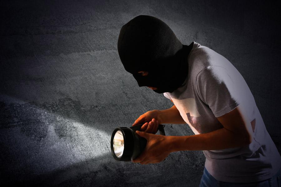 フリー写真 覆面をつけて忍び寄る泥棒