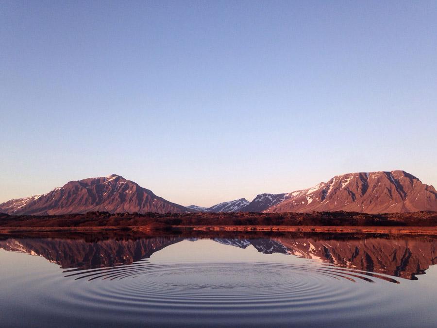 フリー写真 アイスランドの山と湖と波紋の風景