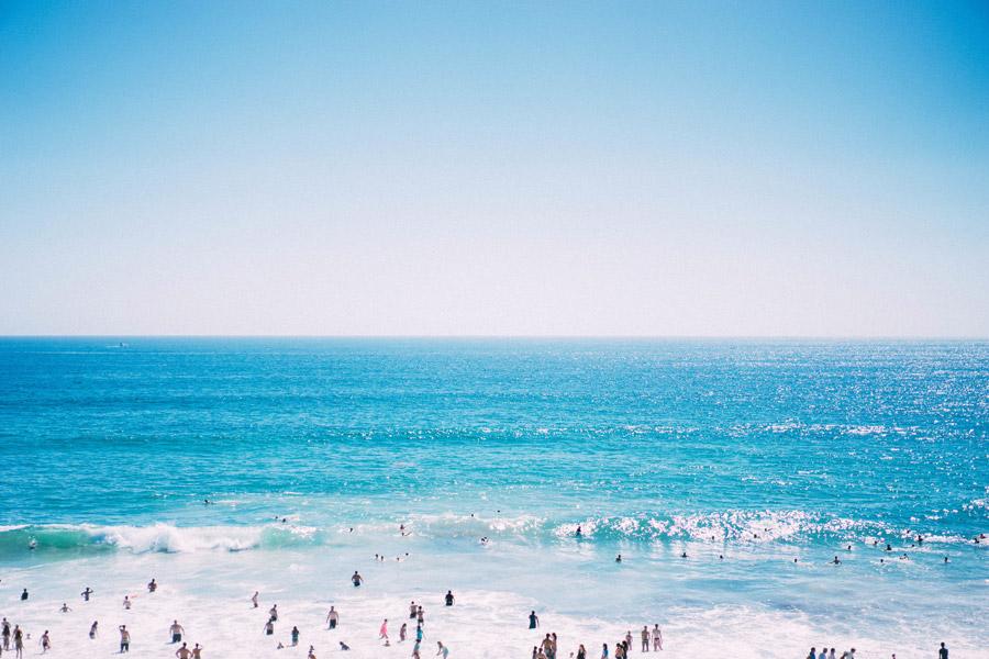 フリー写真 海水浴客で賑わうニューポートビーチの海の風景