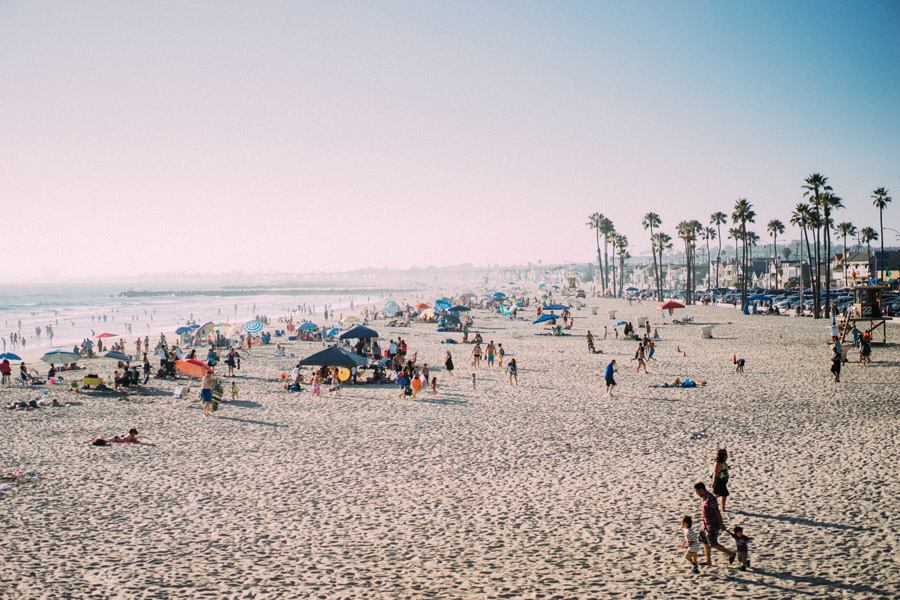 フリー写真 海水浴客で賑わうニューポートビーチの砂浜の風景