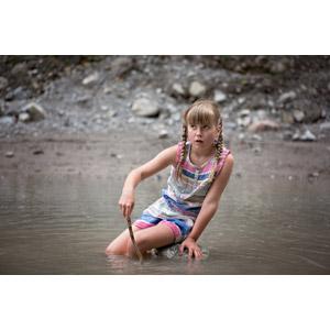 フリー写真, 人物, 子供, 女の子, 外国の女の子, 女の子(00034), 川遊び, 水遊び, 座る(石)