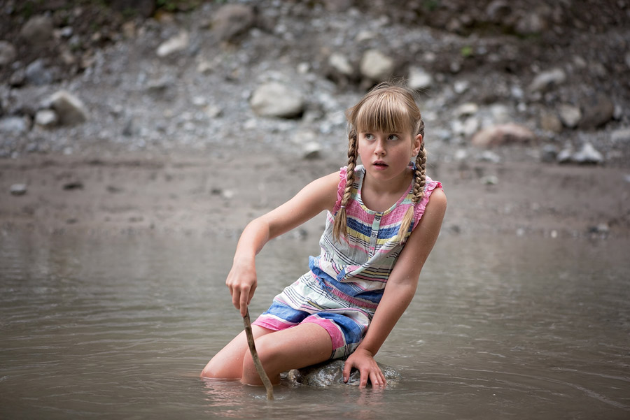 フリー写真 川遊びしている外国の女の子