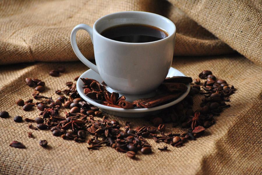 フリー写真 コーヒー豆と一杯のコーヒー
